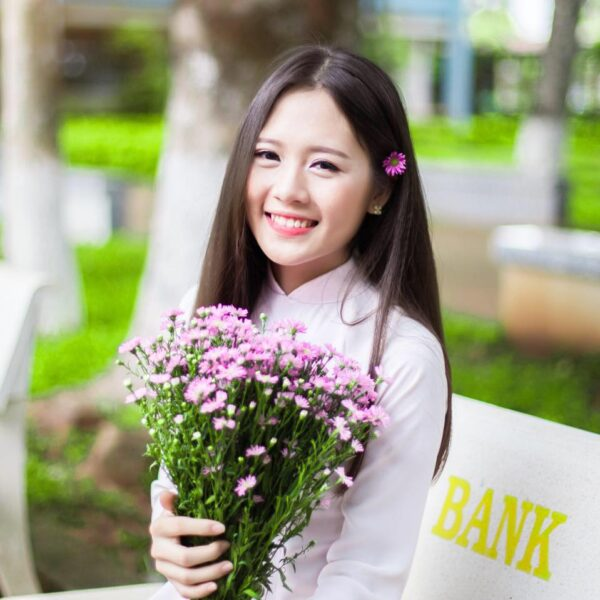 hình ảnh girl xinh dễ thương bên hoa