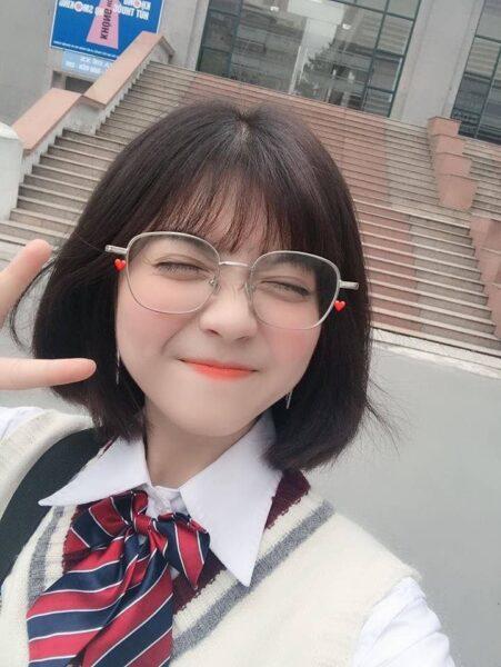 ảnh gái xinh 2k5 đeo kính tóc ngắn cute