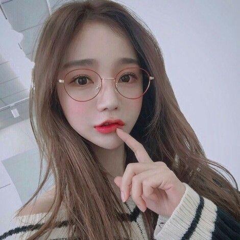 ảnh gái xinh đeo kính làm duyên
