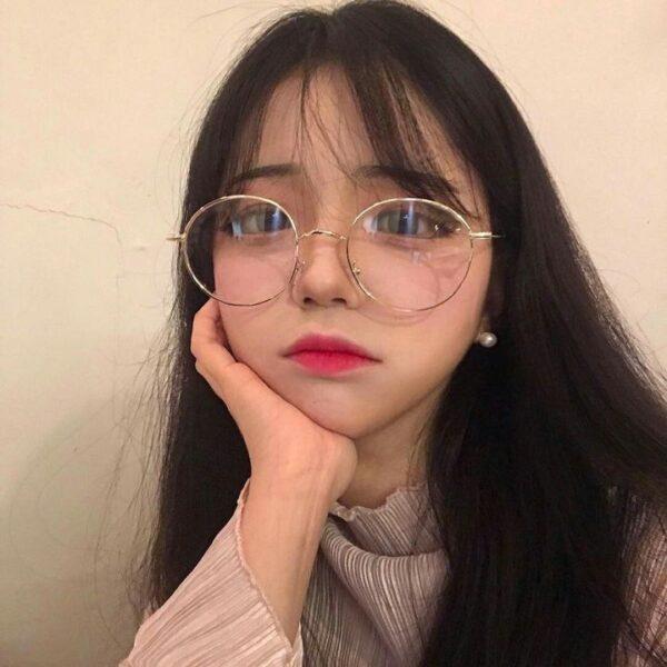 gái xinh đeo kính