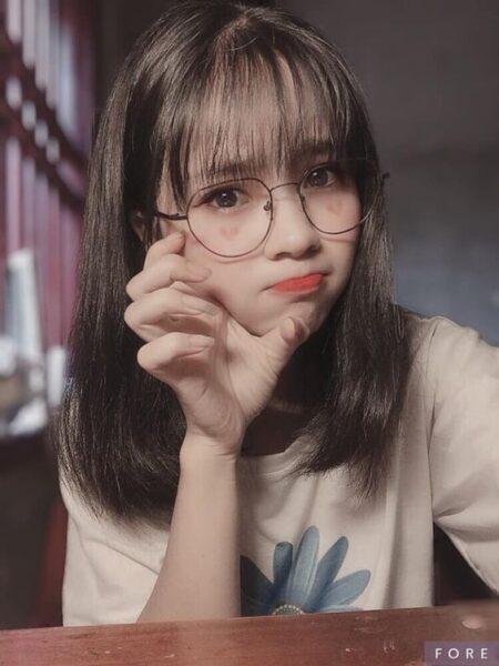 girl xinh tóc ngắn 2k4 đeo kính