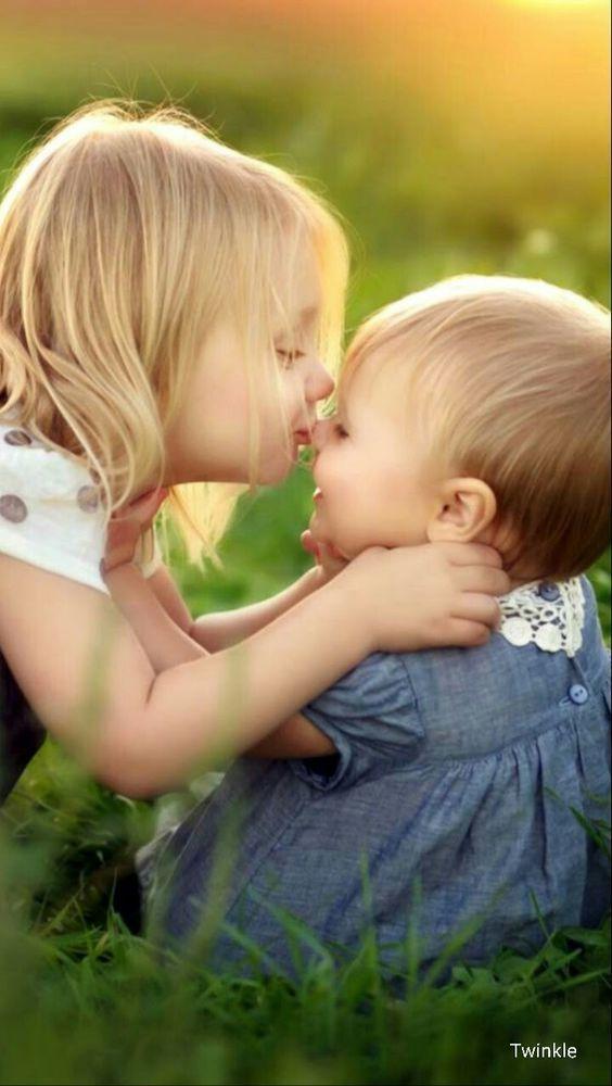 hình ảnh chị gái hôn em gái dễ thương và tình cảm
