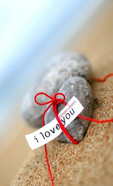 hình ảnh có chữ i love you dễ thương bên sỏi trái tim