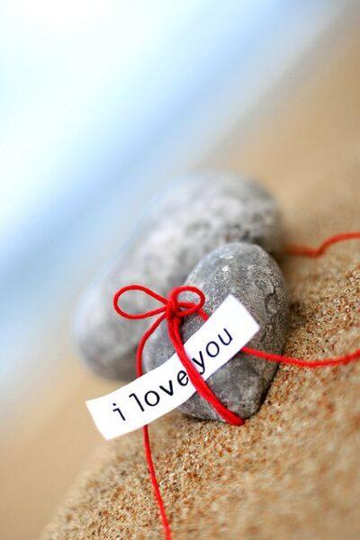 hình ảnh đá trái tim tình yêu bên bờ biển