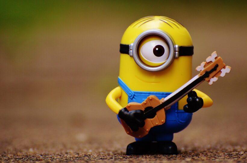 hình ảnh minion dễ thương bên cây đàn ghitar