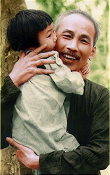 hình ảnh bác Hồ tươi cười hiền hòa khi ôm cháu nhỏ