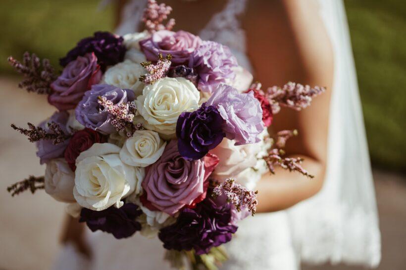Bó hoa hồng tím xen kẽ hồng trắng
