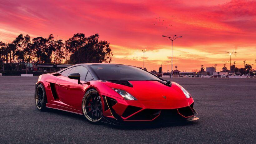 hình ảnh Lamborghini đỏ trong chiều hoàng hôn