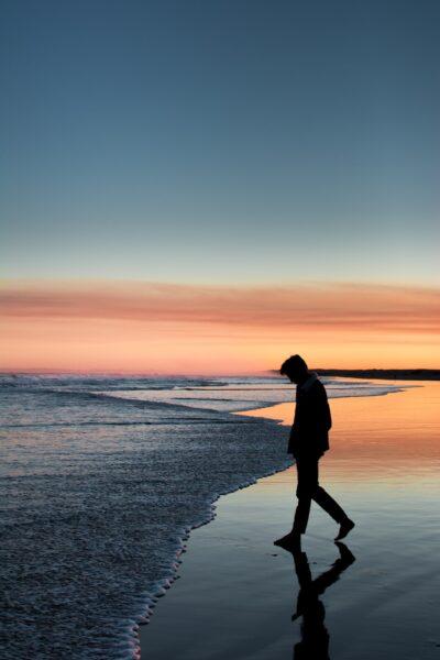 hình nền con trai buồn trên bãi biển cho điện thoại