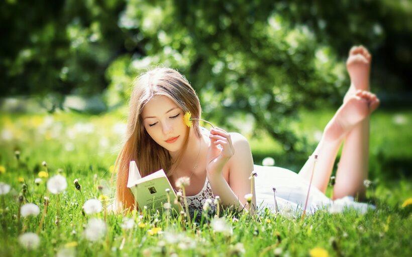 hình nền hot girl đọc sách ấn tượng