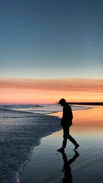 ảnh con trai buồn bên bờ biển