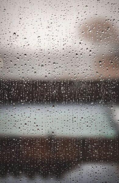 ảnh giọt nước mưa đọng trên cửa kính