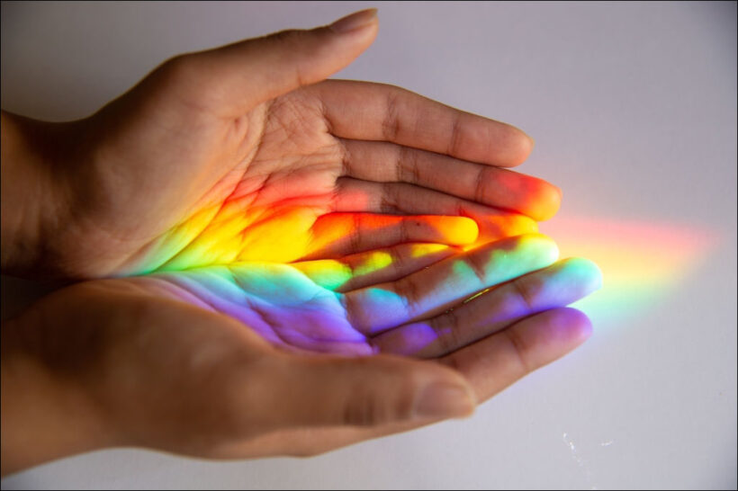 bàn tay hứng lấy cầu vòng - hình ảnh hy vọng