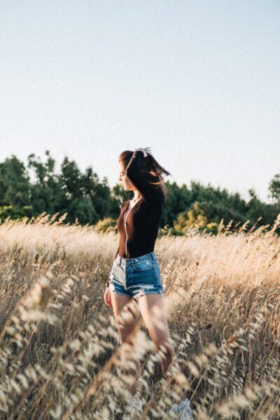 hình ảnh buồn của cô gái giữa đồng cỏ