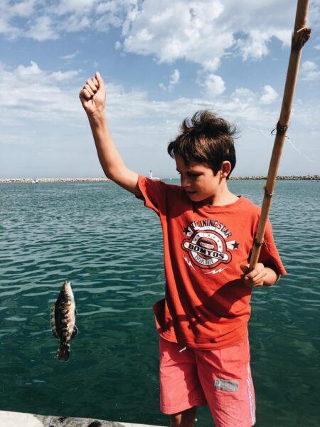 hình ảnh cậu bé câu cá