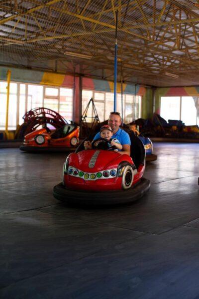 hình ảnh cha con đang lái xe oto
