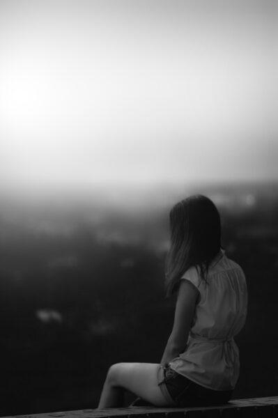 hình ảnh cô gái buồn đau lòng