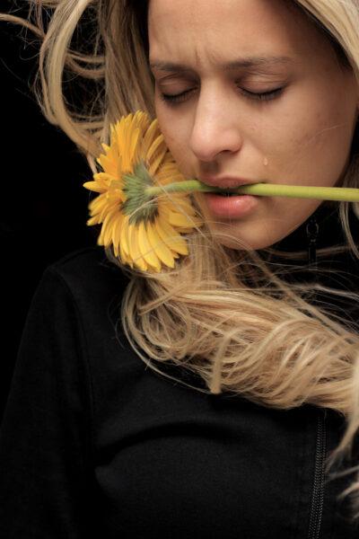 hình ảnh cô gái buồn khóc cùng bông hoa hướng dương