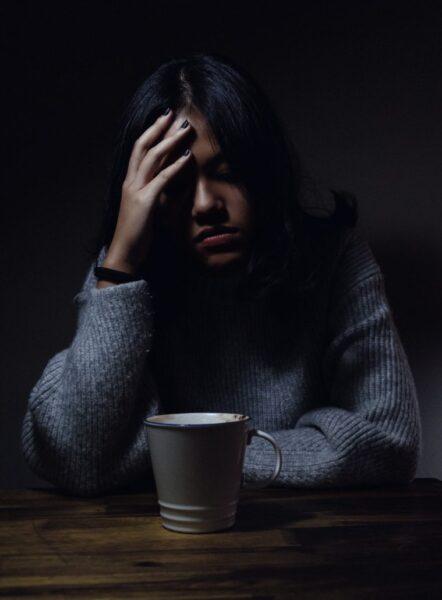 hình ảnh cô gái buồn khóc trong đêm