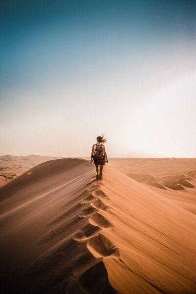 hình ảnh đi phượt giữa đồi cát