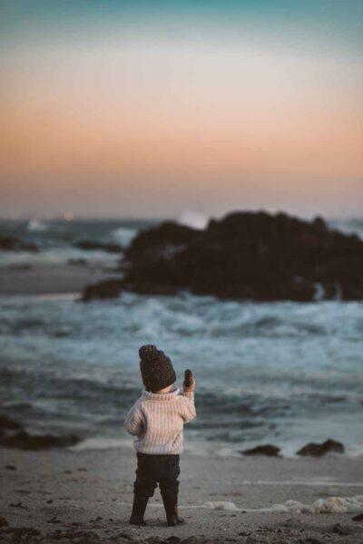 hình ảnh em bé quay lưng ra biển