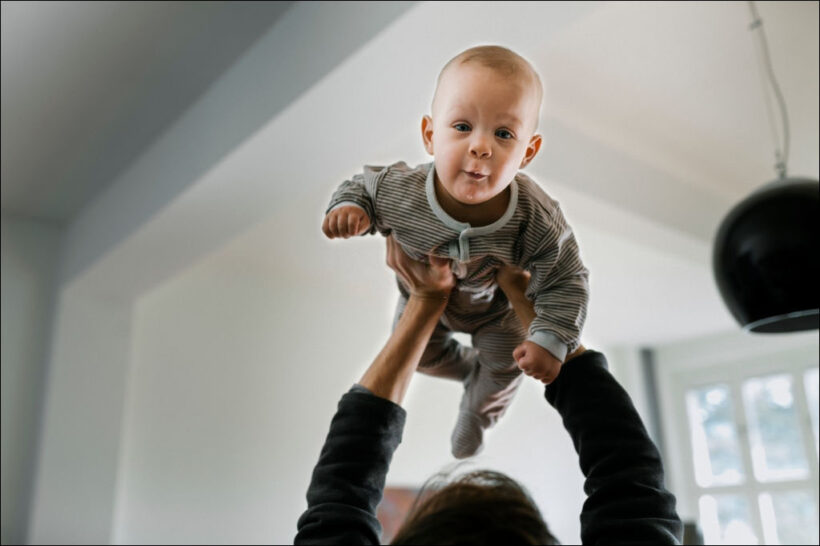 hình ảnh em bé sơ sinh dễ thương chơi đùa cùng bố