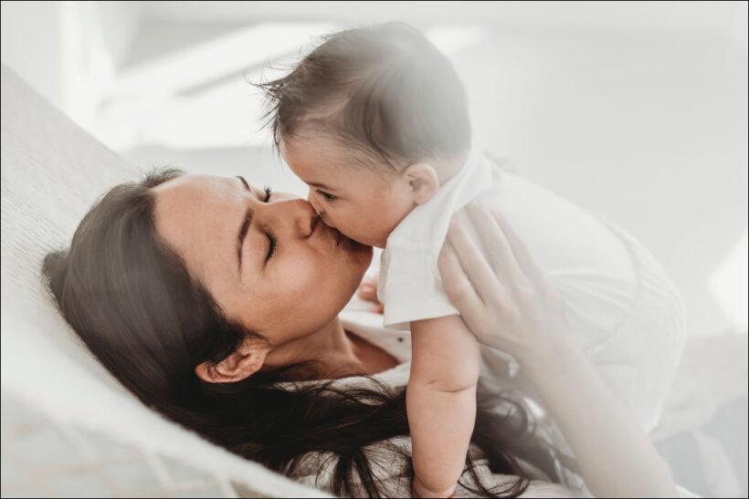 hình ảnh em bé sơ sinh dễ thương hôn mẹ
