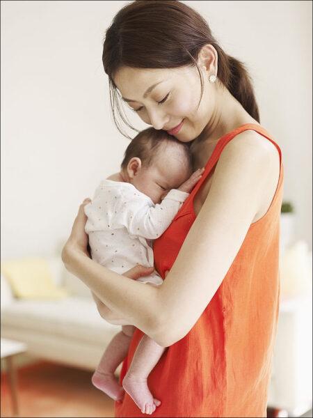 hình ảnh em bé sơ sinh dễ thương trong vòng tay mẹ