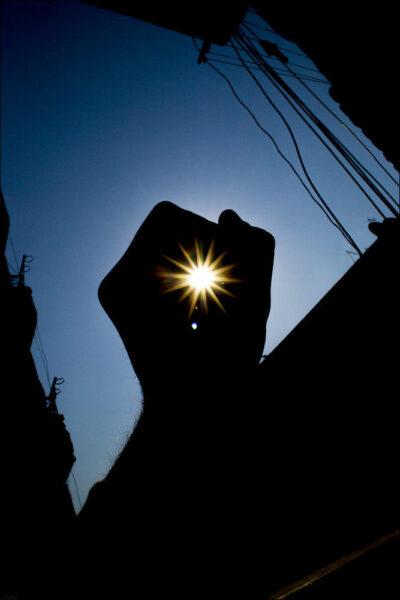 hình ảnh hy vọng - bàn tay nắm lấy ánh sáng mặt trời