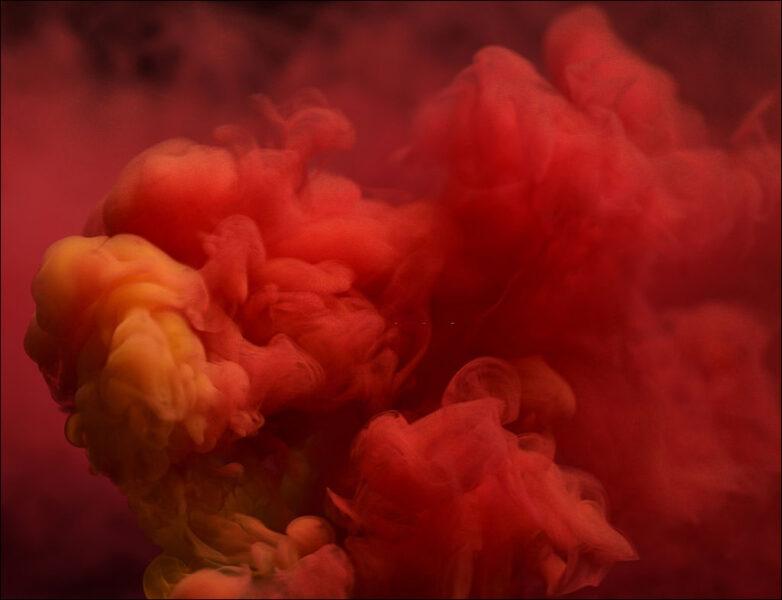 hình ảnh khói cuồn cuộn màu đỏ