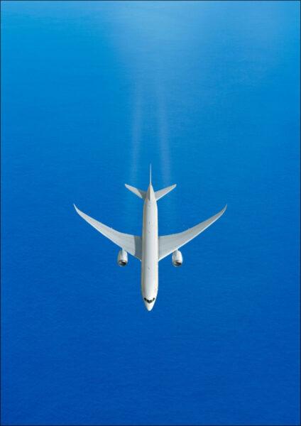 hình ảnh máy bay đang bay giữa bầu trời xanh