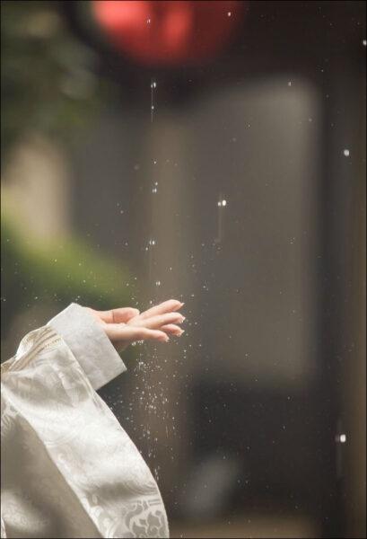 hình ảnh mưa đẹp buồn lãng mạn bàn tay hứng mưa rơi