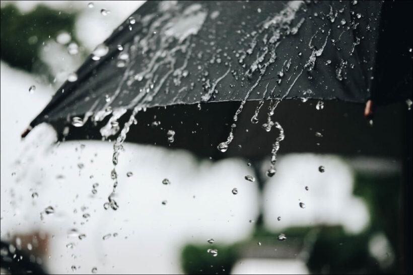 hình ảnh mưa đẹp buồn lãng mạn qua chiếc ô