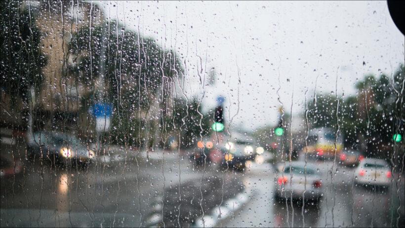 hình ảnh mưa đẹp buồn lãng mạn thông qua cửa kính