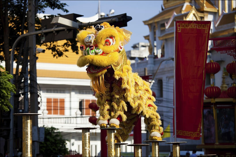 hình ảnh múa lân đẹp - lần màu vàng đang trình diễn