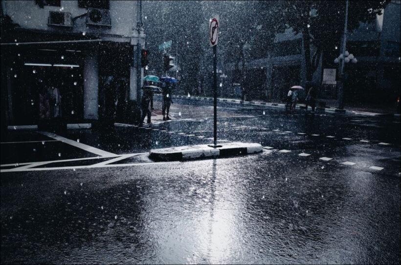 hình ảnh mưa rơi trên đường phố buồn