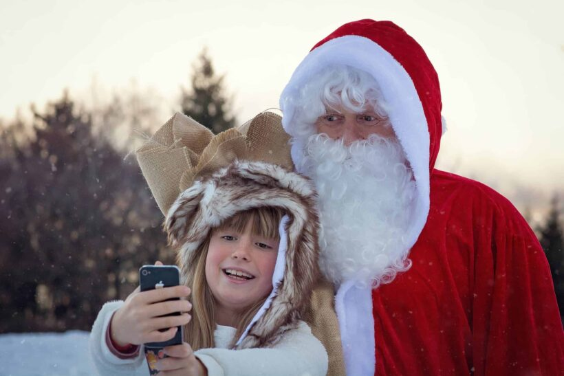 hình ảnh ông già Noel chụp ảnh cùng em bé