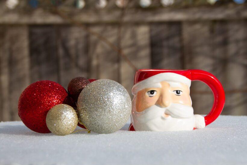 hình ảnh ông già Noel in trên cái ly