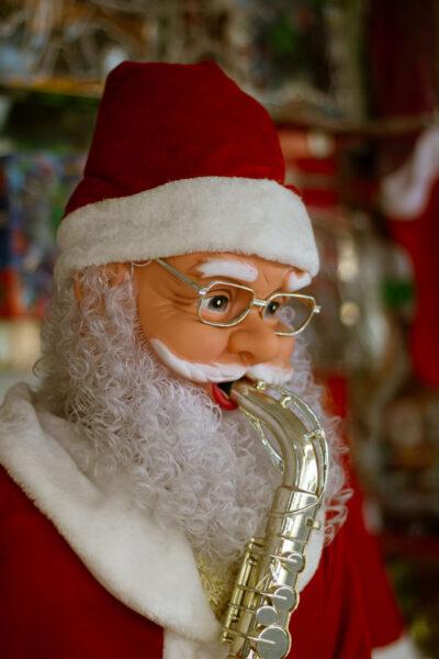 hình ảnh ông già Noel thổi kèn