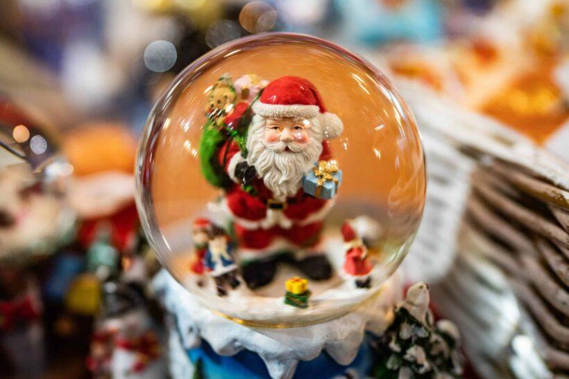 hình ảnh ông già Noel trong quả cầu