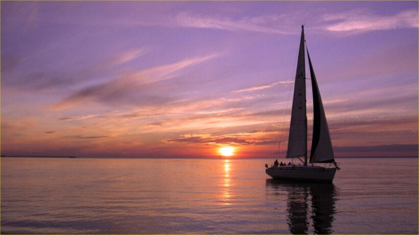 Hình ảnh thuyền buồm đang hướng về phía hoàng hôn