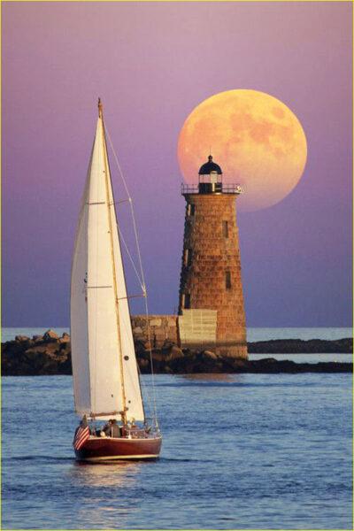 Hình ảnh thuyền buồm và ngọn hải đăng