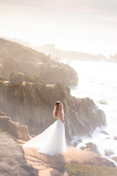 hình ảnh váy cưới trắng đẹp bên bờ biển