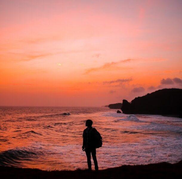 Hình Avatar Nam buồn bên bờ biển