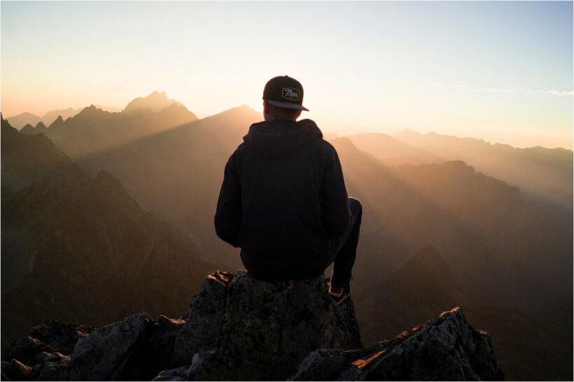 Hình Avatar Nam buồn trên đỉnh núi