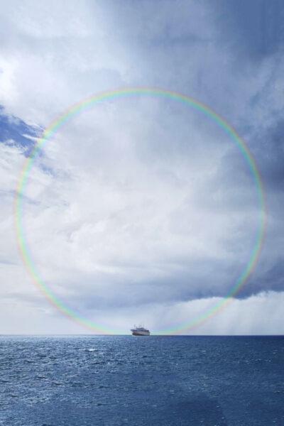 Hình cầu vồng tròn hoàn thiện ngoài biển khơi