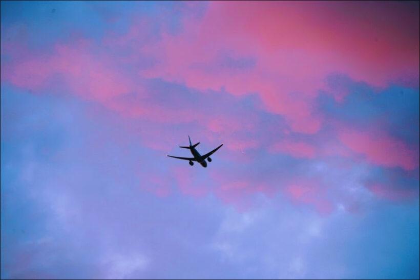 máy bay giữa trời mây - hình ảnh máy bay đẹp