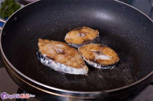 Cách làm cá thu sốt cà chua - Rán cá