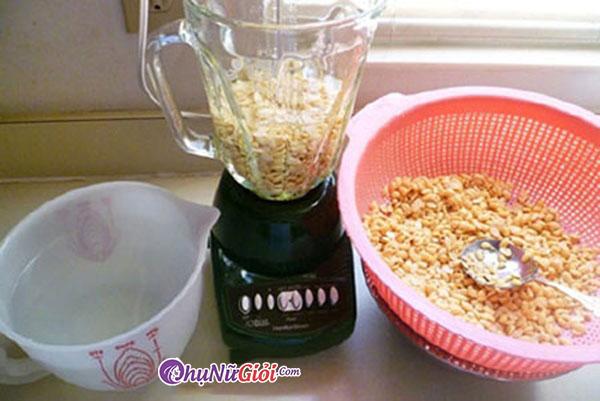 Cách làm sữa đậu nành - thực hiện xay đậu