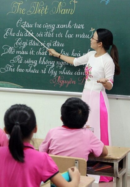 hình ảnh cô giáo và học sinh đang học tập